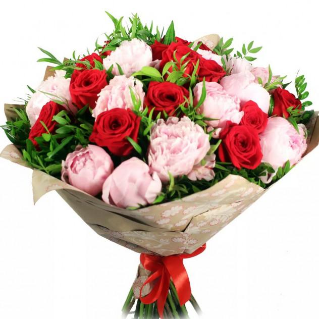 Букет из роз и пионов